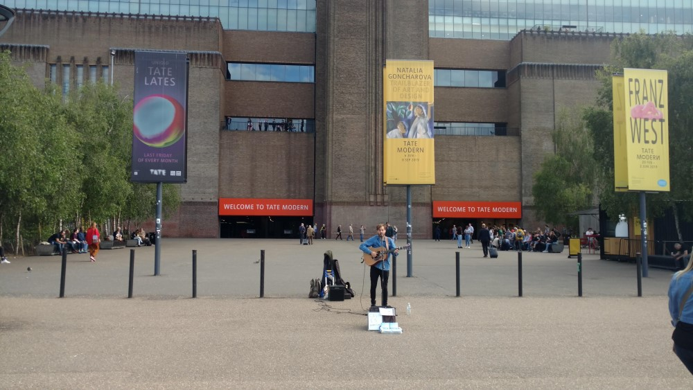 street musician by the Tate Modern